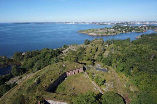 Vallisaari ja Kuninkaansaari sijaitsevat Kruunuvuorenselän eteläisellä reunalla Santahaminan ja Suomenlinnan välissä.