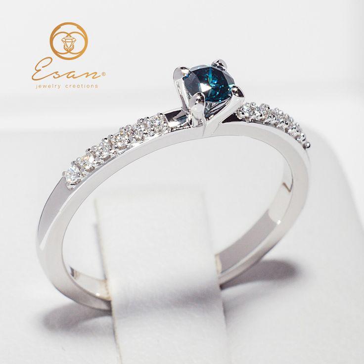 Inel de logodna cu diamant albastru si diamante ES109