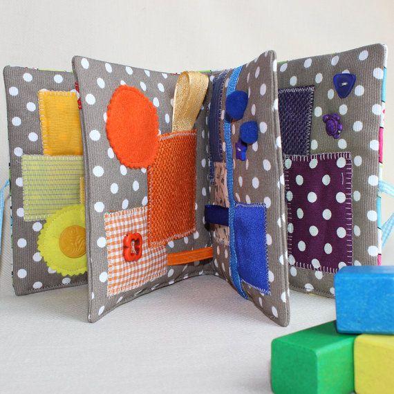 Livre sensoriel dactivité pour bébé curieux. Ce livre déveil multicolore est le jeu premier âge ludique incontournable. Il comporte 6 pages avec
