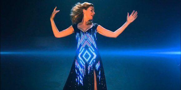 In de speciaal voor haar gemaakte LED-jurk zingt Alma Nieto openingsliedjes. Daarmee kun je mooie animaties laten zien, jouw logo of de boodschap van jouw evenement.