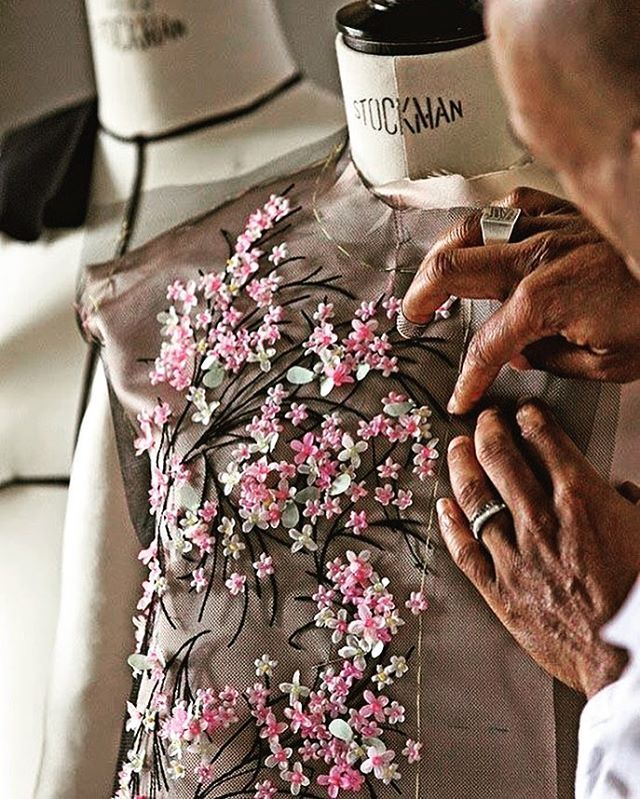 @dior #paris #couture #hautecouture #handmade #embroidery #dresscode #dress #dressmurah #dresses #dressed#gorgeous #gown#mida#stylish #stunning #styleblogger #fashionblogger #fashion #fashionpost #dagangan #fashionable #família #fashionstyle #fashionstudy