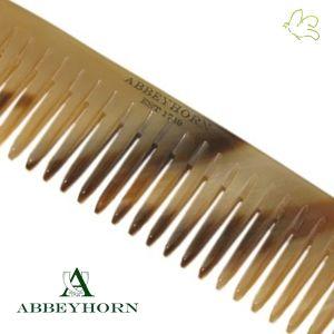 Abbeyhorn - Petit Peigne de Poche en corne (10,8 cm) Un petit peigne en corne naturelle, idéal pour les bébés, une poche de veste ou le sac à main. Grâce à sa denture large et ses pointes arrondies il est partiulièrement doux pour le cuir chevelu sensible. Fondée en 1749, Abbeyhorn fabrique des objets en corne de grande qualité depuis plus de 250 ans. Disponible dans l'e-shop www.officina-paris.fr #peigne #corne #horncomb #haircare #cheveux #barbe #faitmain #handmade #abbeyhorn #soin…