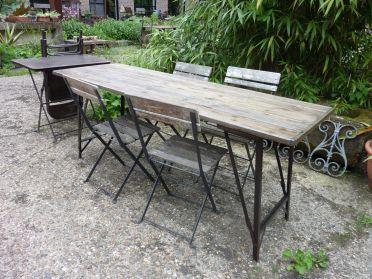 Franse biertafel inklapbaar-ijzeren onderstel houten blad, te koop bij briekantiek.nl