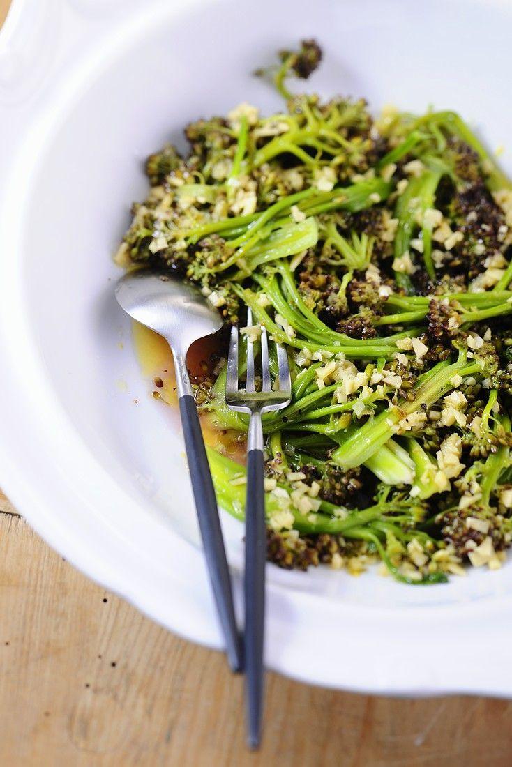 Brokkolisalat mit Knoblauch, Ingwer und Nüssen   http://eatsmarter.de/rezepte/brokkolisalat-mit-knoblauch-ingwer-und-nuessen