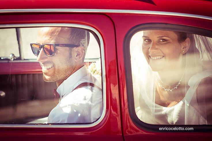 Una 500 rossa che sfreccia al Matrimonio, due sposi che immobilizzano gli invitati ballando come se nessuno li stesse guardando. Leggi la storia del giorno speciale di Laura e Fabio sul Blog www.enricocelotto.com  #wedding #weddinginitaly #weddingtime #paduawedding
