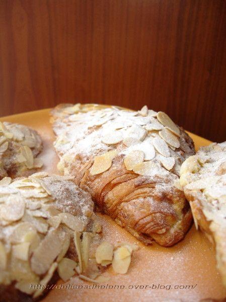 S'il y a bien une chose dont je raffole en boulangerie, ce sont ces petites choses: des croissants aux amandes fourrés à la crème frangipane et parsemés de sucre glace. Alors après avoir eu envie de les reproduire maison voici ce que ça donne d'après...