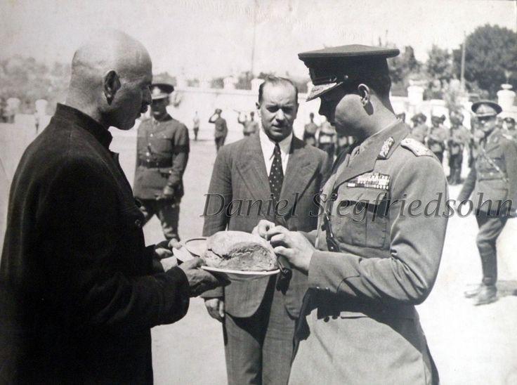 https://flic.kr/p/Js18UG | 24. Regele Mihai primit cu pâine şi sare de primarul Tiraspolului Petru Torpan