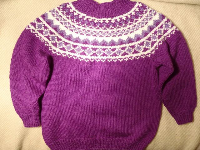 genser med rundfelling oppskrift | Nydelig genser i mørk lilla, med lys lilla og hvitt i mønstret, str ...
