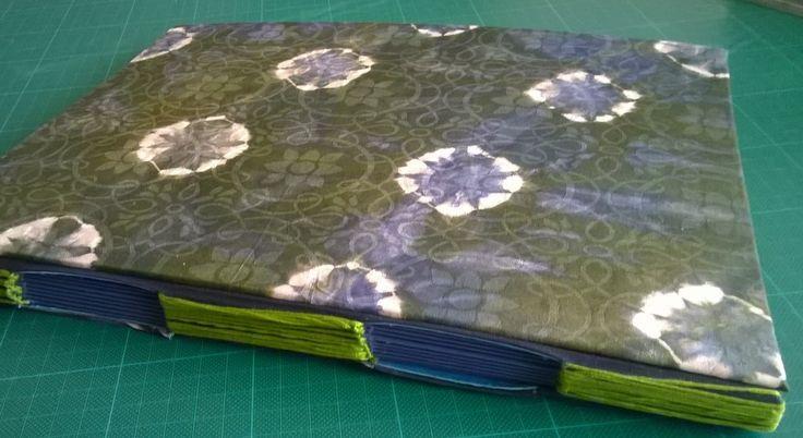 Portfolio, koko A4+, sivut kartonkia. Napinläpiommel. 2015.