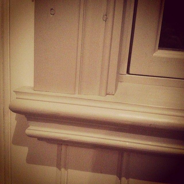 Så här ser de ut som vi gjort själva @bergdalen . Profilen i framkant är från ett gammalt fönsterfoder som suttit utvändigt på vårt första hus från slutet av 1800. Vi har dem på alla fönster utvändigt och flera invändigt i detta huset. #byggnadsvård #fönsterbräda #gamlahus #fönster #gamlafönster