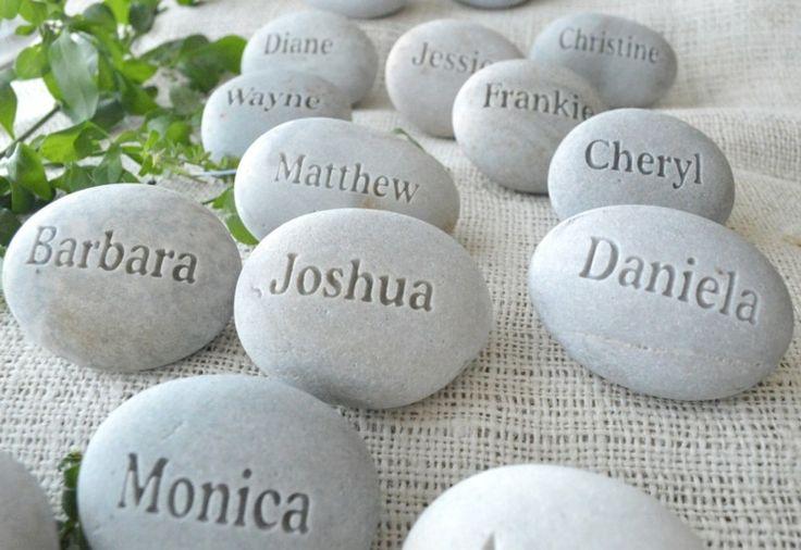 Als Geschenk für die Gäste lassen Sie Steine mit ihren Namen gravieren