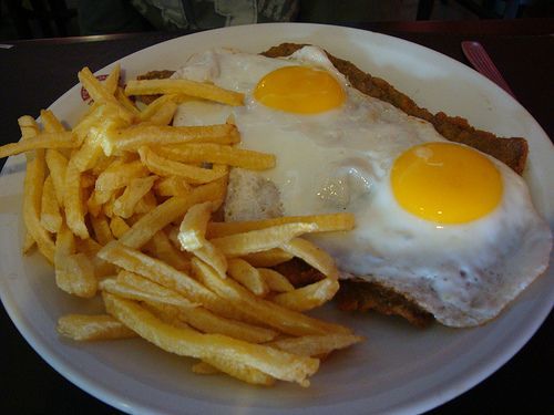 Una comida clásica argentina: Milanesa de ternera con papas fritas a caballo! GREAT FOOD; in keeping with my story http://www.amazon.com/With-Love-The-Argentina-Family/dp/1478205458