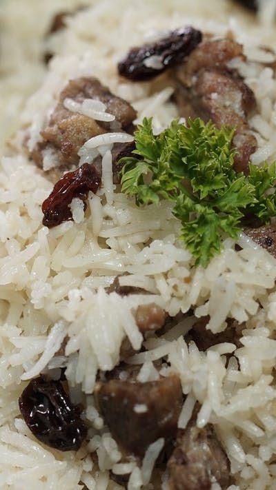 Salah satu hidangan khas dari Timur Tengah ini biasa dinikmati bersama saus yogurt. Biasanya Nasi Kebuli dimasak dengan isian daging kambing (sering juga disajikan dengan daging yang menempel pada tulang) atau potongan ayam goreng.