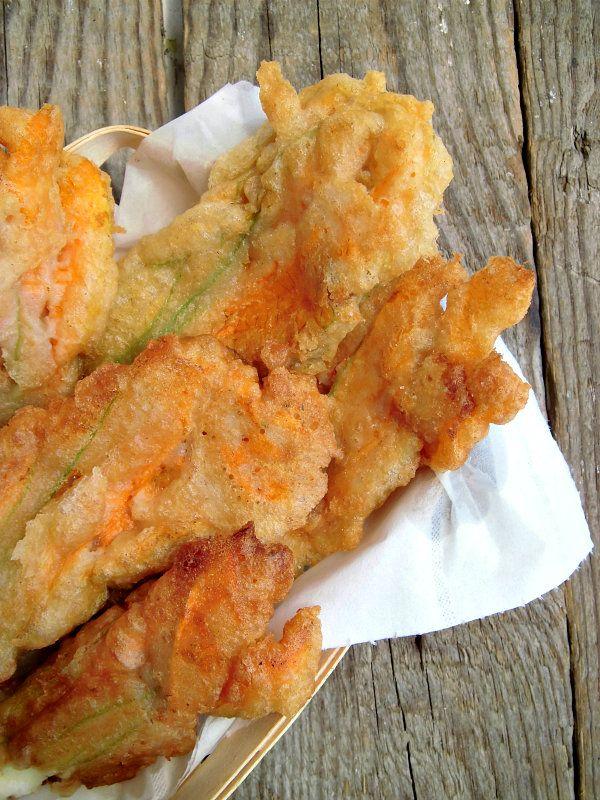 Fiori di zucca fritti con alici e mozzarella
