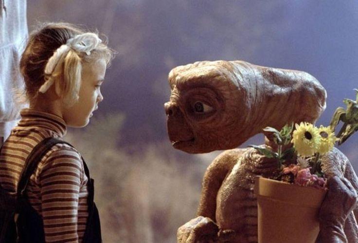 Divulgação - Elliott, o menino - seu nome engloba a sigla do extraterrestre -, supre sua carência adotando o alienígena e o ajudando a voltar a seu planeta. ET aponta o dedo para o céu e diz - 'Home'. A eterna volta ao lar. E Spielberg subverte o conceito hollywoodiano que sempre vê no outro, no diferente, o perigo.