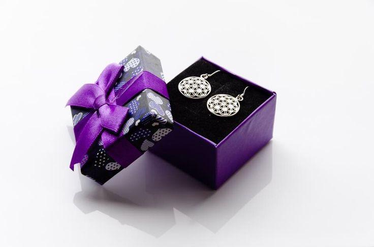 Bijuterii cu simboluri de valenta spirituala inalta:  Cercei Floarea Vietii. Argint 925 premium. Pret cercei (2 cm) 79 lei. http://folconcept.ro/magazin/cercei-floarea-vietii/  Floarea Vieții este un simbol de geometrie sacră cu o forță magică și cu o încărcătură energetică deosebită, care întăreşte câmpul auric şi ne protejează de energiile negative şi stres.