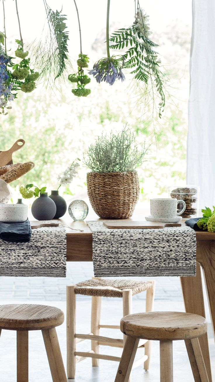Beautiful bowls, wooden chopping boards, bread baskets and fresh flowers — set the table for a long and delicious breakfast.   H&M Home