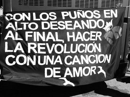 Con los puños en alto deseando al final hacer la REVOLUCIÓN con una canción de AMOR *Los Redondos*