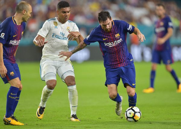 (L)Raphael Varane of Real Madrid vies for the ball with (R)Lionel Messi of Barcelona  during their International Champions Cup football match at Hard Rock Stadium on July 29, 2017 in Miami, Florida.      / AFP PHOTO / HECTOR RETAMAL