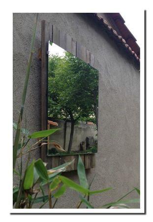 un miroir, une palette ... et un mur au fond du jardin