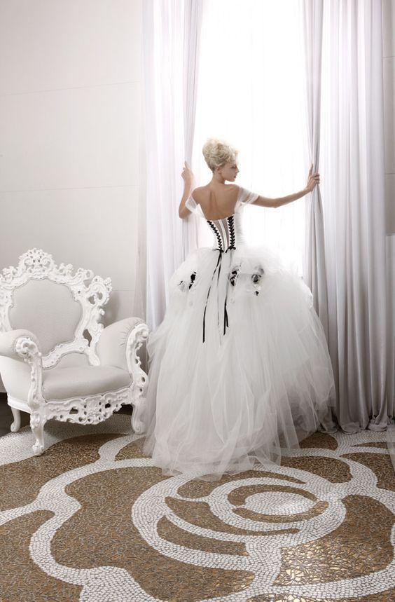 白x黒でフレンチシックなイメージ♡ 個性的な花嫁衣装・カラードレスの参照一覧。