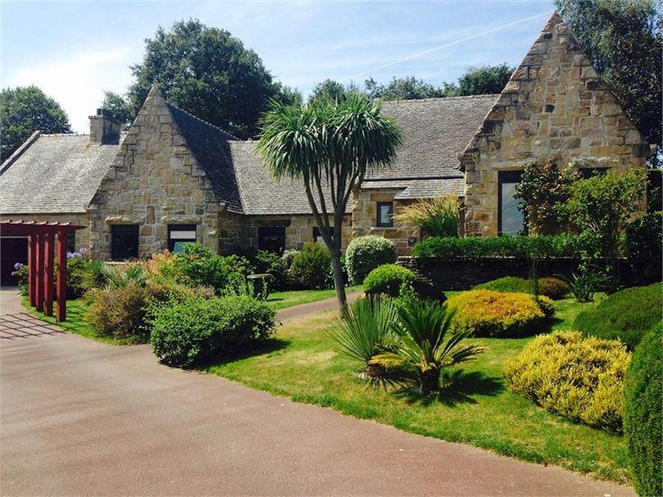 A Locquirec en Bretagne, venez à la découverte de cette demeure remplie de charme !     Composée de 7 pièces dont 3 chambres, elle saura vous conquérir à coup sûr.     Plus d'infos > Estelle Grattepanche
