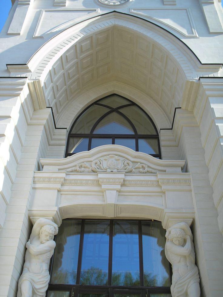 Обрамление свода арки со скульптурными элементами
