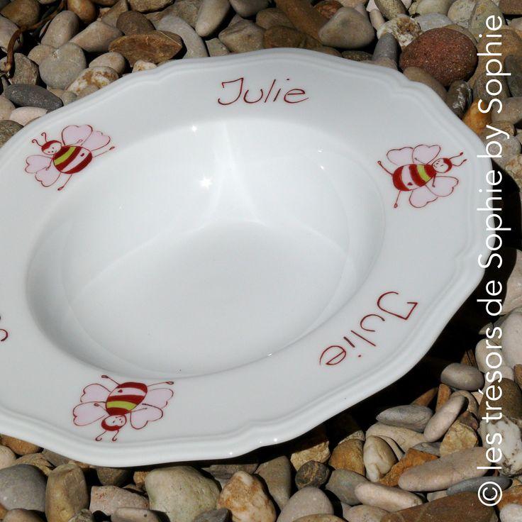 """Porcelaine peinte à la main cadeau naissance, assiette festonnée, """"lili l'abeille"""" pour Julie © les trésors de Sophie by Sophie"""