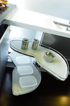 Detalle de mueble rinconero con herraje de extraccion de Grupo Diez. #cocinas #herrajes #cuisines