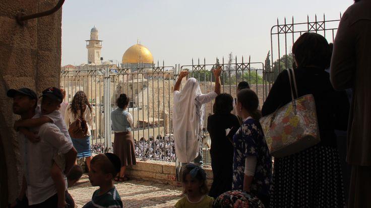 Tienduizenden Joden trokken maandag naar de Westelijke Muur in de Oude Stad van Jeruzalem om de ceremonie van de priesterlijke zegen tijdens Pesach bij te wonen. Tegelijk is er ook politieke beroe…