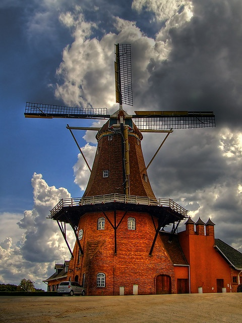 Red windmill, Dutch settlement in Castro, Paraná, Brazil ...Moinho de vento vermelho, colônia holandesa em Castro, Paraná, Brasil