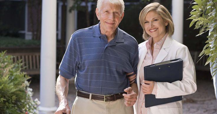 Empleos para cuidar a personas mayores. Debido a que la edad tiende a acarrear problemas de salud y movilidad, el cuidado de los ancianos crea muchos puestos de trabajo. Hay un par de niveles de atención para adultos mayores, cada uno con un grupo de profesionales propio. Hay aquellos que ayudan a las personas mayores en las tareas diarias del hogar y les hacen compañía. Hay quienes ...