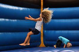 Photographie d'enfants dans structure gonflable - jeux - vitesse d'obturation - photographie