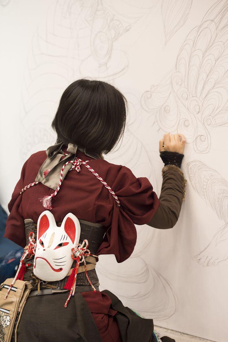 Live paint artist with kitsune mask, Design Festa, Tokyo, Japan ライブペイント中、デザインフェスタ
