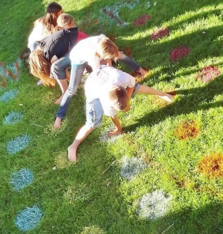 Erstelle mit Farbdosen ein Twister-Spiel im Garten.