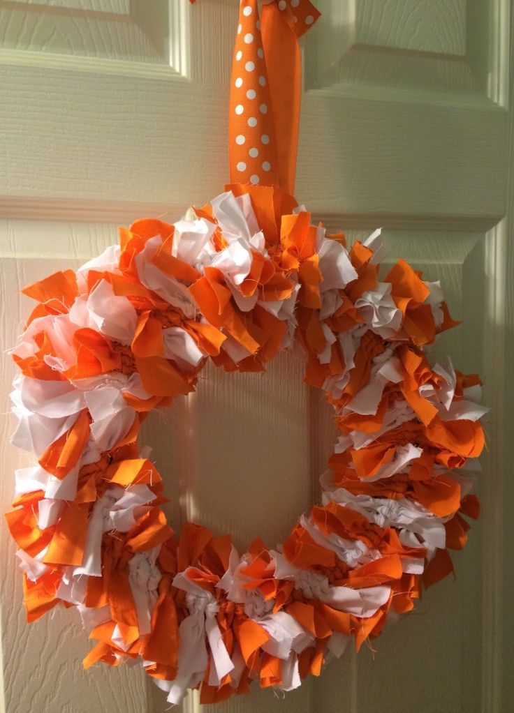 A simple and easy way to show your team spirit for football season - a spirit wreath!