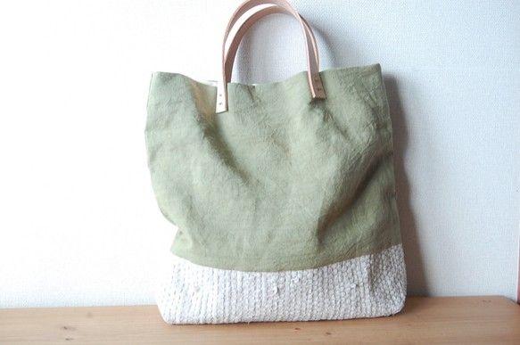 裂き織りとリネンを組み合わせたトートバッグです。とてもきれいな若草色です。size:34 ×33裂き織り部分:リネン表地:リネン(若草色)中布:綿...|ハンドメイド、手作り、手仕事品の通販・販売・購入ならCreema。