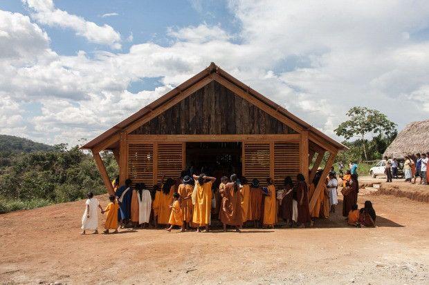 ペルー中部のジャングルにある小さな村で一大プロジェクトが始まった。子供たちが心地よく勉強できるように、学校の食堂を整えるという計画だ。2013年、保護者をはじめとする地域コミュニティーと建築家2人が一
