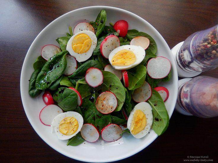 Salata cu spanac, ridichi si oua fierte.   Spring salad with baby spinach, radishes and boiled eggs.