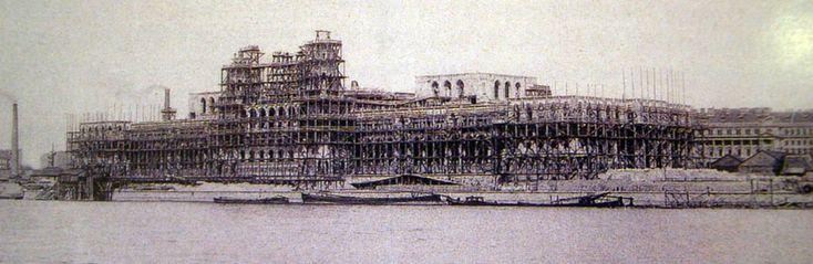 1894. A magyar Parlament építési munkálatai. Az épület a tervek szerint a Millenáris évére készült volna el, de addig csak a külső munkákat fejezték be.