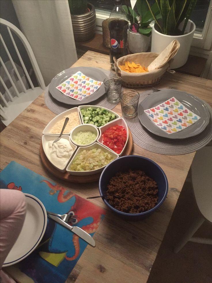 Lördagens tacoafton med mina flickor, bestående av; - Taconötfärs - Isbergssallad - Gurka - Tomater - Gul lök - Créme fraische - Mild tacosås - Riven parmesan - Mjuka tortillabröd - Tortillachips - Pepsi Max #masseskök #maceingkitchen #middag #middagstips #dinnertips #tacos #mexico #mybabys #matporr #matblog #foodblog #foodporn  #lillahjärtat #lillaälsklingen #storahjärtat #storaälsklingen #littledarling #bigdarling #littleheart #bigheart #KingofHashtags