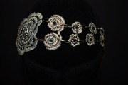 tocado gris plata con cristales de swarovsky, cadenas oro viejo en la parte de atrás que adornan el pelo y ajustan muy cómodamente