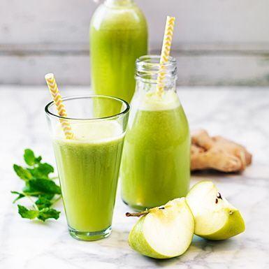 En grön lemonad är en uppfriskande dryck att njuta av till frukost, brunch eller mellanmål. Lemonaden får sötma från mango och äpple, medan citron och ingefära bidrar med syra och sting. Några selleristjälkar ger en extra smakkick.