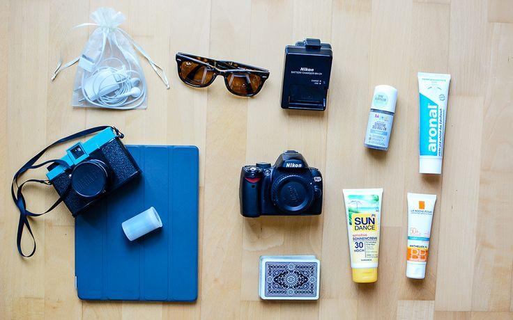 #Tipps & #Tricks fürs #Koffer #packen: 5. #Krimskrams: #Pflegeprodukte, #Technik & Co © Petra Gschwendtner