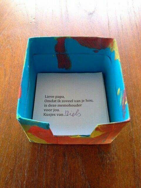 Vaderdag: memohouder De onderkant van een melkpak versieren en inknippen. Hier memoblaadjes in. Op de bovenste een lief berichtje (ik zou het alleen helemaal laten schrijven of stempelen door het kind)