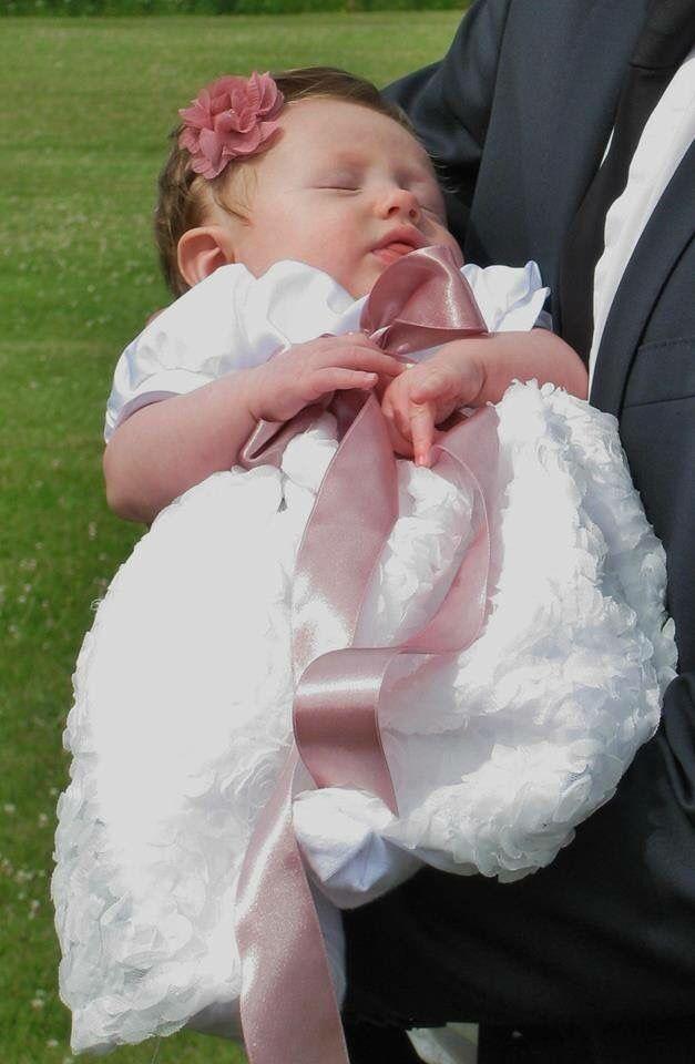 Kort dåbskjole i hvid brudesatin og tyl med store roser