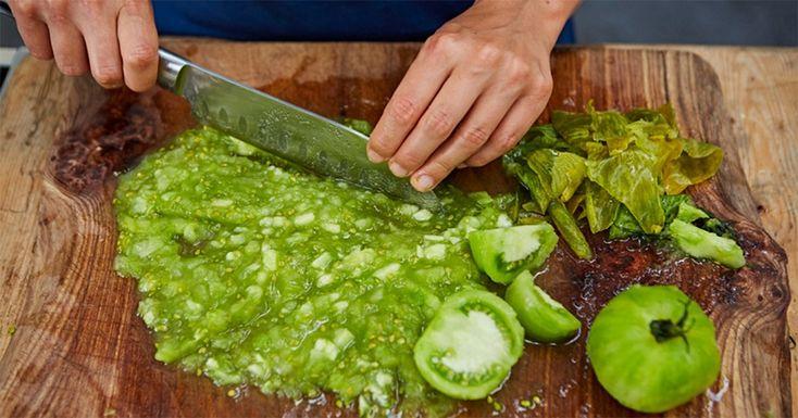 Vă prezentăm o rețetă de zacuscă delicioasă de gogonele. Aceasta este o conservă mai puțin obișnuită, ce cu siguranță va avea succes. Serviți-o la cina de familie sau la masa de sărbătoare și acest deliciu, uimitor de aromat și apetisant, îi va încânta pe toți. Din ingredientele prezentate mai jos obțineți aproximativ 4 borcane a câte 0.5 l fiecare. INGREDIENTE 1 kg de gogonele 500 g de morcovi 2 linguri pastă de roșii 4 linguri de zahăr 100 ml ulei de floarea soarelui 1.5 linguriță piper…