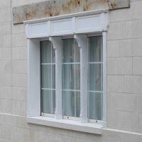 Fenêtre en bois de style, sculptée et peinte - Fenêtre en bois de style, sculptée et peinte