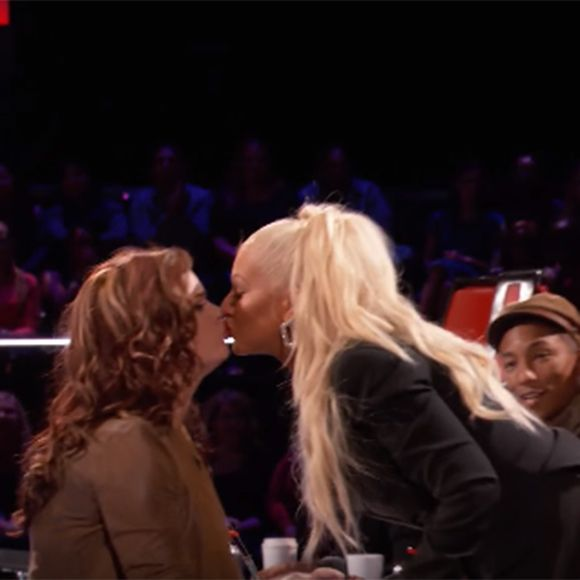 Christina Aguilera embrasse une candidate de The Voice   HollywoodPQ.com