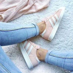 Babypink love Az Adidas cipők mostanában fénykorukat élik, szinte mindenki beszerzett magának egy párat az elmúlt évben. Ti választanátok egy ilyen édes rózsaszín darabot az eredeti fekete fehér helyett?